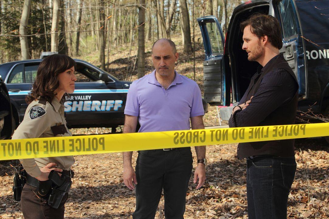 Wie lange kann Sheriff Karen Morgan (Fiona Highet, l.) Antonio (Paulino Nunes, M.), Jeremy (Greg Bryk, r.) und die anderen Wölfe des Rudels noch sch... - Bildquelle: 2014 She-Wolf Season 1 Productions Inc.