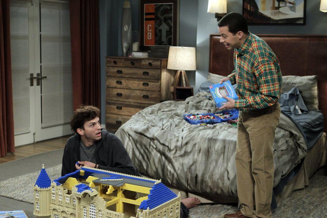 Walden (Ashton Kutcher, l.) erleidet wegen der Trennung von Zoey einen Nervenzusammenbruch. Alan (Jon Cryer, r.) weiß nicht genau, wie er damit umge... - Bildquelle: Warner Brothers Entertainment Inc.