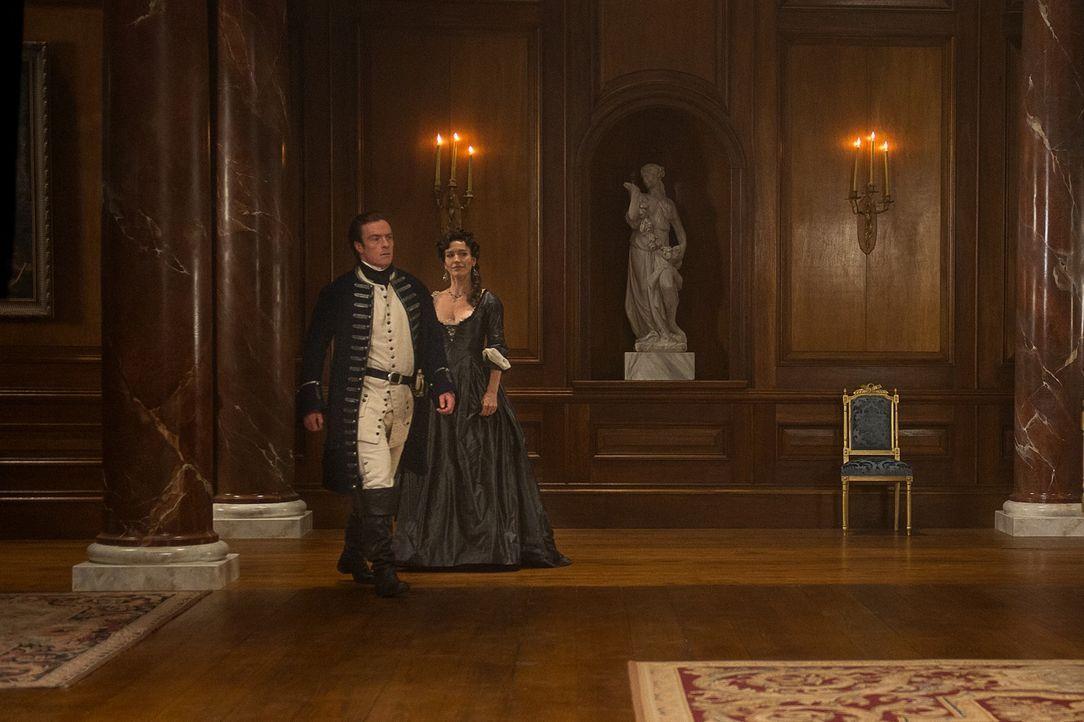 Als Miranda (Louise Barnes, r.), die Frau von Lord Hamilton, die Initiative ergreift und mehr Zeit mit James McGraw (Toby Stephens, l.) verbringen m... - Bildquelle: 2015 Starz Entertainment LLC, All rights reserved.