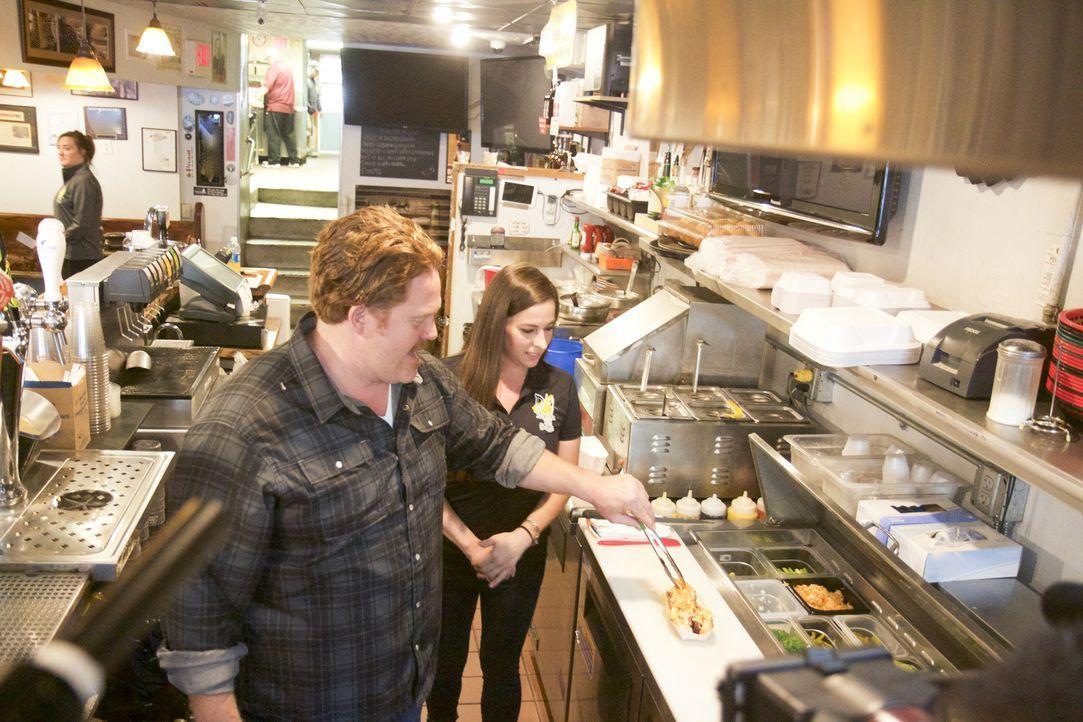 """Rena (r.) von """" D's Six Pax & Dogz """" in Pittsburgh zeigt Casey (l.), wie der """"Hot Valentine"""" gemacht wird ... - Bildquelle: 2017, The Travel Channel, LLC. All Rights Reserved."""