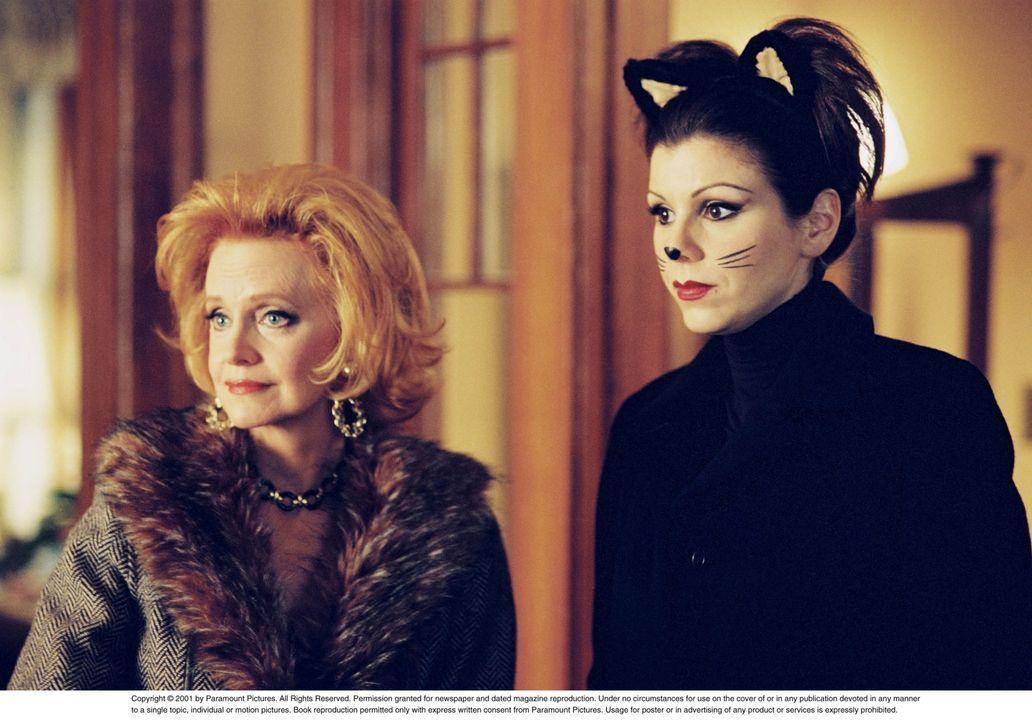 Es ist soweit: Das jährliche Gruselfest Halloween steht vor der Tür, Dolly (Ellen Burstyn, l.) und Lydia (Heather Paige Kent, r.) können es kaum erw... - Bildquelle: CBS Television
