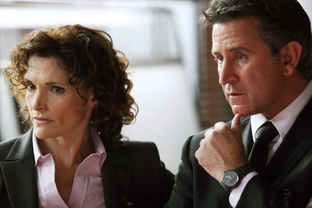Anne (Mary Elizabeth Mastrantonio, l.) und Jack (Anthony LaPaglia, r.) überlegen, was der Grund für Max' plötzliches Verschwinden sein könnte ... - Bildquelle: Warner Bros. Entertainment Inc.