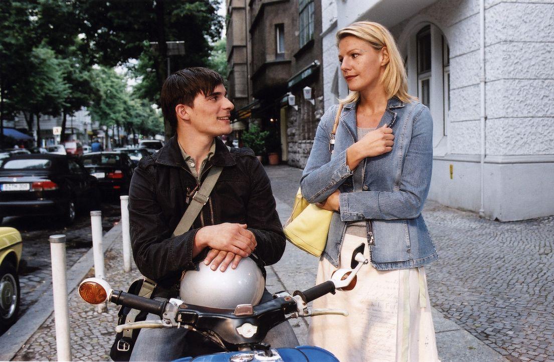 Jo sieht es gar nicht gern, dass Romans Sohn Leander (Hannes Wegener, l.) hemmungslos mit Sophie (Sophie Schütt, r.) flirtet ... - Bildquelle: Claudius Pflug Sat.1