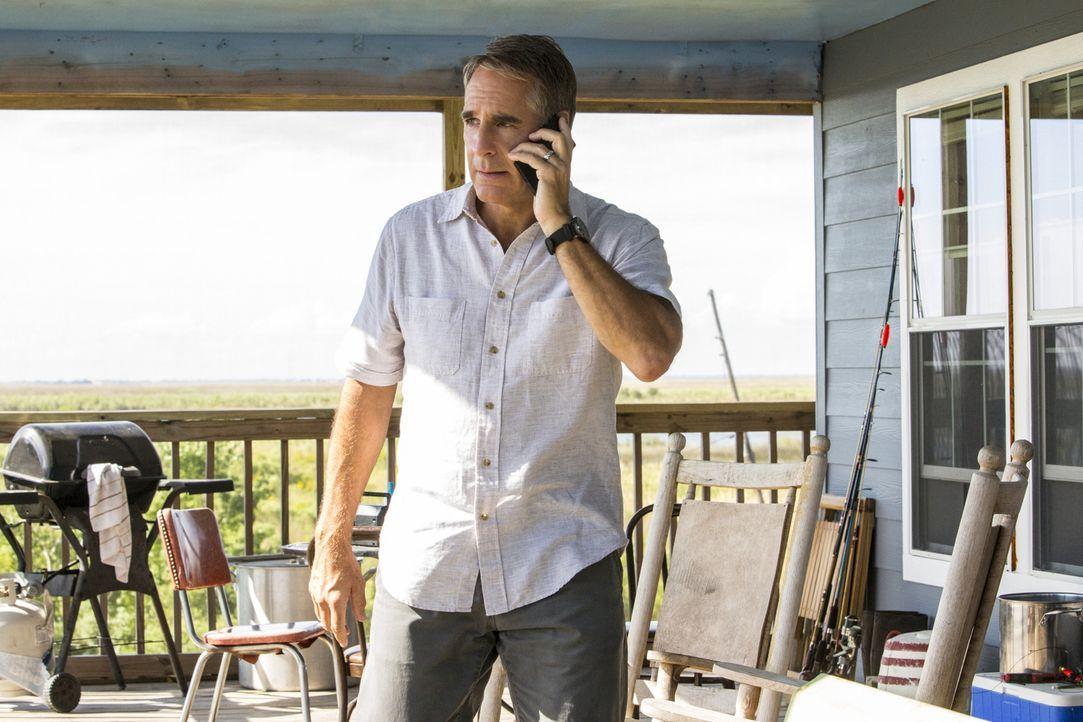 Pride (Scott Bakula) verwandelt seine Garage in eine Werkstatt, um an dem Auto zu arbeiten, das er einst seiner Frau schenkte ... - Bildquelle: 2014 CBS Broadcasting Inc. All Rights Reserved.