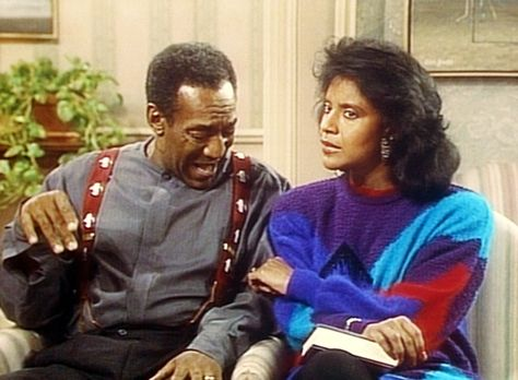 Bill Cosby Show - Clair (Phylicia Rashad, r.) kneift Cliff (Bill Cosby, l.),...