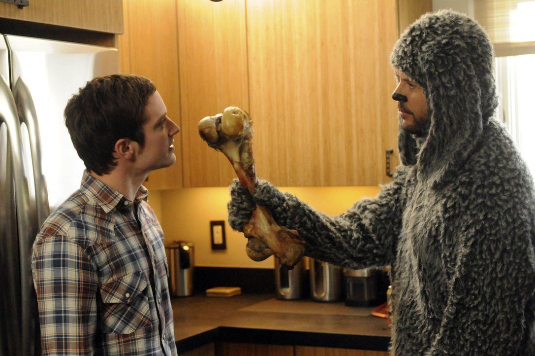 Eigentlich wollte Ryan (Elijah Wood, l.) dem Hund Wilfred (Jason Gann, r.) eine Freude mit dem Knochen machen, doch diese hält sich in Grenzen ... - Bildquelle: 2011 FX Networks, LLC. All rights reserved.