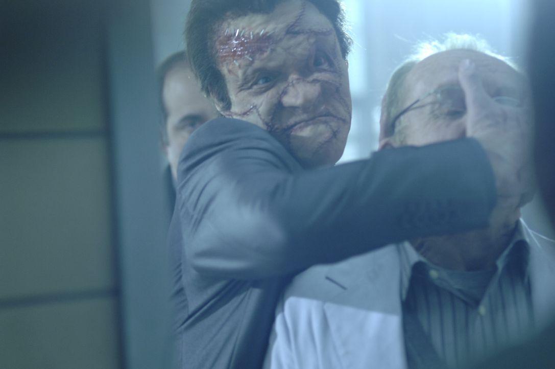 """Versucht alles, um den Punisher, der ihn fürchterlich entstellt hat, auszuschalten: Doch schon bald muss """"Jigsaw"""" Billy Russoti (Dominic West, l.)... - Bildquelle: 2008 MHF Zweite Academy Film GmbH & Co. KG. All Rights Reserved."""