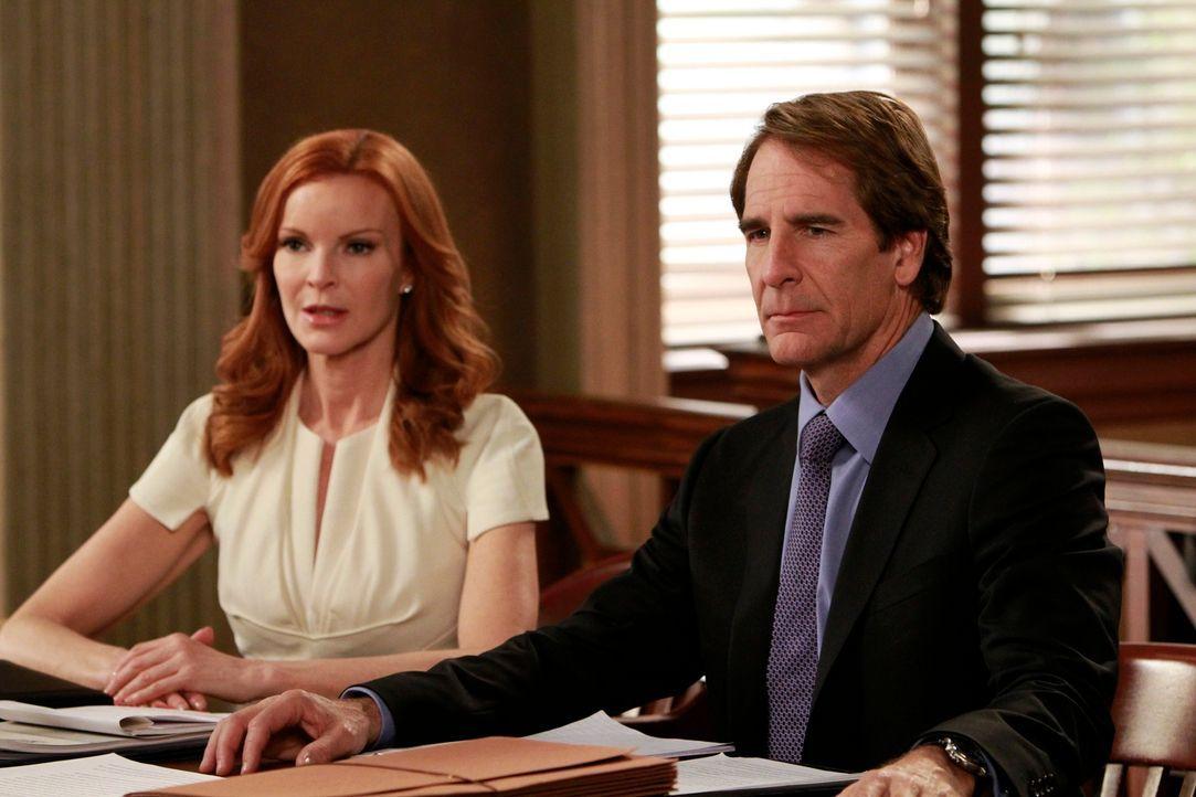 Während Susan den Verkauf ihres Hauses geheim halten will, versucht Trip (Scott Bakula, r.) alles, um Brees (Marcia Cross, l.) Unschuld zu beweisen... - Bildquelle: ABC Studios