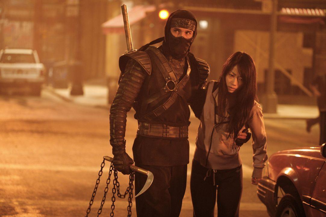 Als Casey (Scott Adkins, l.) mit der schönen Tochter Namiko (Mika Hijii, r.) seines Lehrmeisters nach New York reist, um einen wertvollen Artefakt z... - Bildquelle: Nu Image