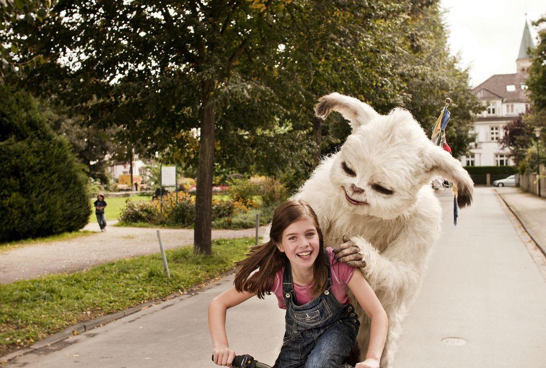 Pia (Jamie Bick) ist total klar, dass sie den kleinen Yeti mit seinen überirdischen Talenten niemals wieder hergeben möchte. Doch das steht im krass... - Bildquelle: Sony Pictures