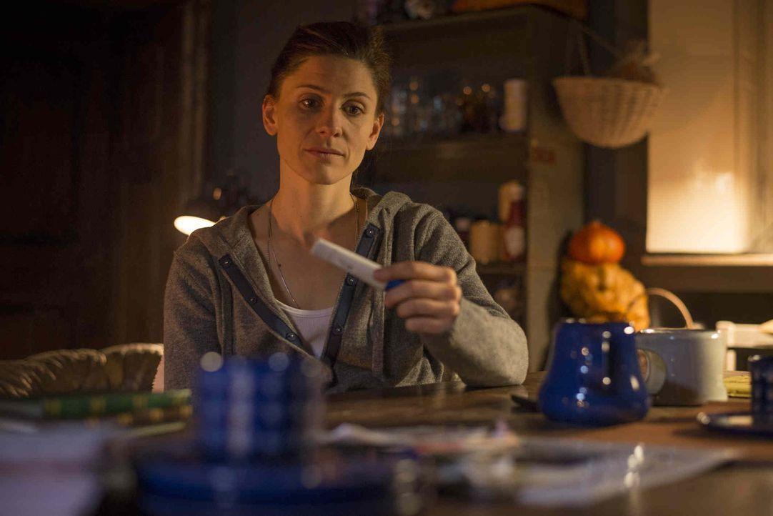 Astrid (Christina Hecke) weiß nicht, was sie tun soll. In ihr und Micks Leben passt kein Kind hinein, glaubt sie. Deshalb macht sie einen Termin für... - Bildquelle: Martin Rottenkolber SAT.1