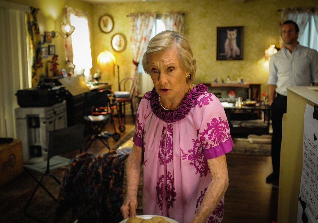 Um einen neuen Fall aufzuklären, legen sich Danny (Scott Caan, r.) und Steve in der Wohnung von Ruth Tennenbaum (Cloris Leachman, l.) auf die Lauer.... - Bildquelle: Norman Shapiro 2015 CBS Broadcasting Inc. All Rights Reserved.
