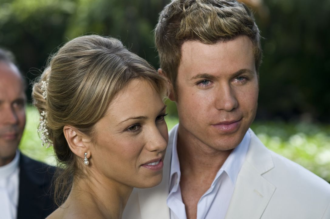 Um an das Geld seines verstorbenen Vaters zu kommen, heiratet Carson (Ashley Parker Angel, r.) seine Freundin Rachel (Marnette Patterson, l.). Doch... - Bildquelle: 2010 Sony Pictures Worldwide Acquisitions Inc. All Rights Reserved.
