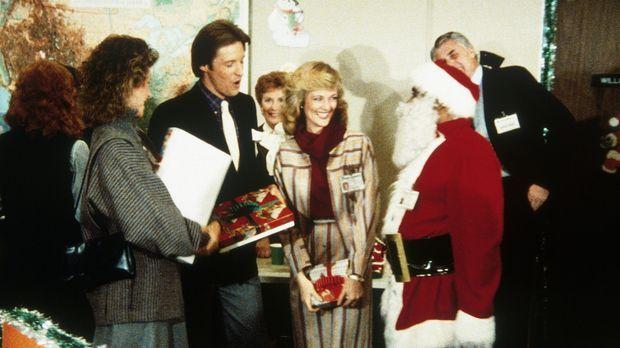 Weihnachtsfeier in der Geheimdienstzentrale: Billy (Mel Stewart, M.) ist als...