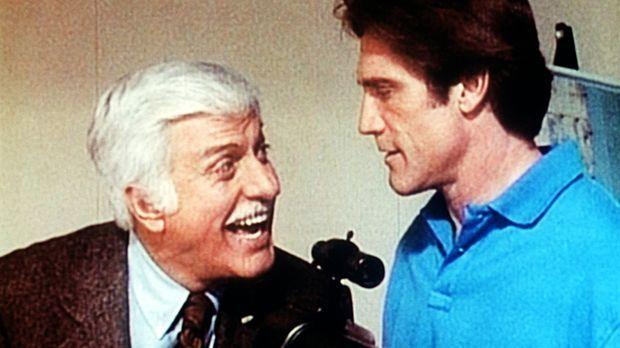 Dr. Sloan (Dick Van Dyke, l.) interessiert sich dafür, wie sein Sohn Steve (B...