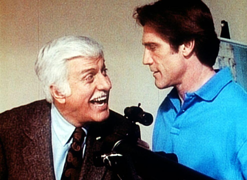 Dr. Sloan (Dick Van Dyke, l.) interessiert sich dafür, wie sein Sohn Steve (Barry Van Dyke, r.) einen Verdächtigen observiert. - Bildquelle: Viacom