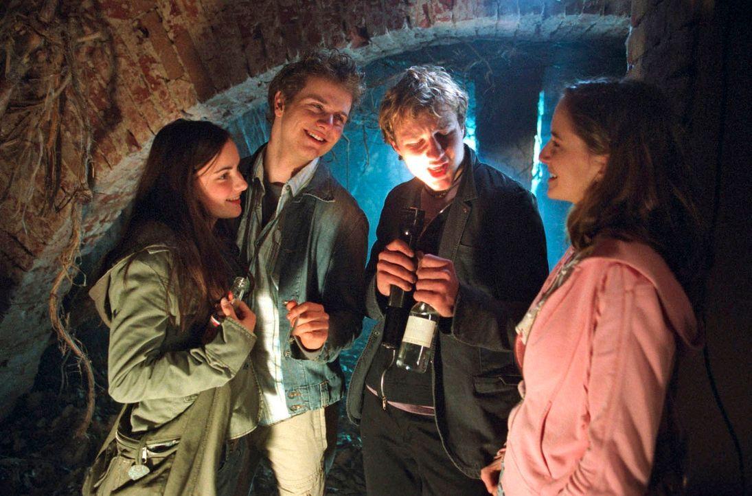 Auf die Dorfjugend übt der Ort eine magische Faszination aus: Toni (Paula Schramm, l.), Fabian (Tobias Retzlaff, 2.v.r.), Kevin (Robert Höller, 2.v.... - Bildquelle: Hardy Spitz Sat.1