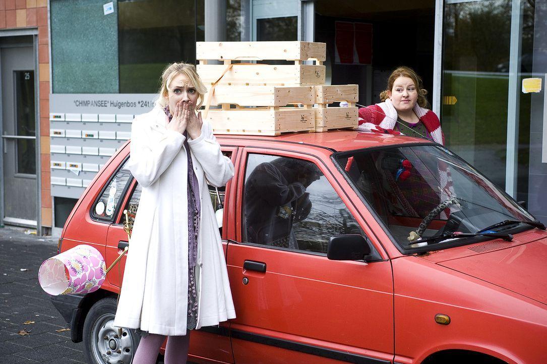 Wird Fatima (Bracha van Doesburgh, l.) endlich einsehen, dass die Gegend in der sich ihre neue Wohnung befindet, nicht gerade vertrauenserweckend is...