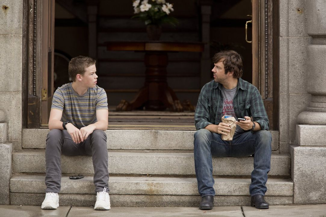 Als der Drogendealer David (Jason Sudeikis, r.) dem Loser Kenny (Will Poulter, l.) und dem Straßenkind Casey im Streit mit drei üblen Punks beistehe... - Bildquelle: 2013 Warner Brothers.  All rights reserved.