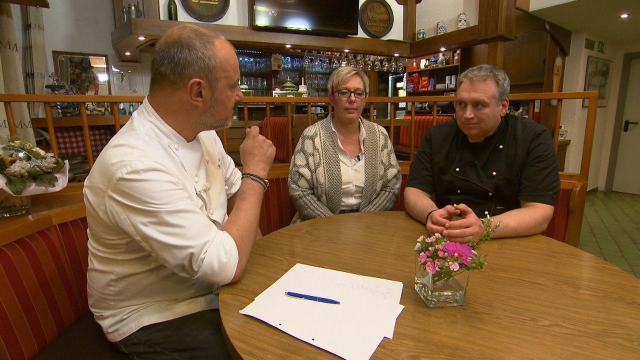 """Das gutbürgerliche Restaurant """"Ratskeller Hanau"""" steht kurz vor dem Aus: Nicole (M.) und Oliver Lotz (r.) sind finanziell am Ende, trotz zahlreicher... - Bildquelle: kabel eins"""