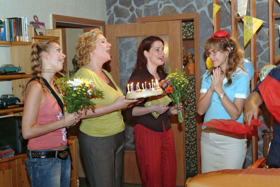 Lisa (Alexandra Neldel, r.) ist gerührt, als die drei Freundinnen Hannah (Laura Osswald, l.), Agnes (Susanne Szell, 2.v.l.) und Inka (Stefanie Höner... - Bildquelle: Monika Schürle Sat.1