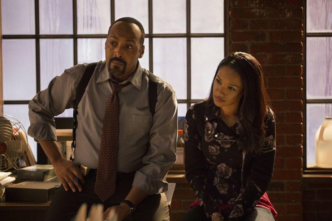 Nachdem Barrys Vater wegen Mordes an seiner Mutter ins Gefängnis musste, wird Barry bei Detective West (Jesse L. Martin, l.) und dessen Tochter Iris... - Bildquelle: Warner Brothers.