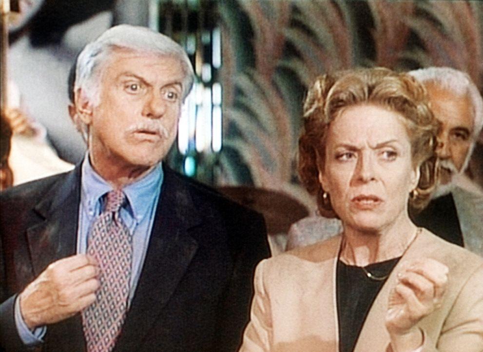 Dr. Sloan (Dick Van Dyke, l.) wird von der Steuerprüferin Gretchen (Holland Taylor, r.) in die Mangel genommen. - Bildquelle: Viacom
