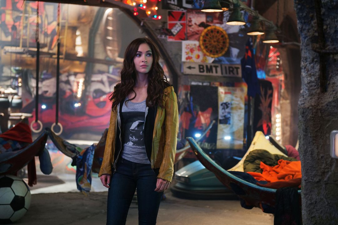 """Eines Abends beobachtet die Journalistin April O'Neal (Megan Fox), wie eine merkwürdige Gestalt einige Mitglieder des die Stadt terrorisierenden """"Fo... - Bildquelle: MMXIV Paramount Pictures Corporation. All Rights Reserved."""