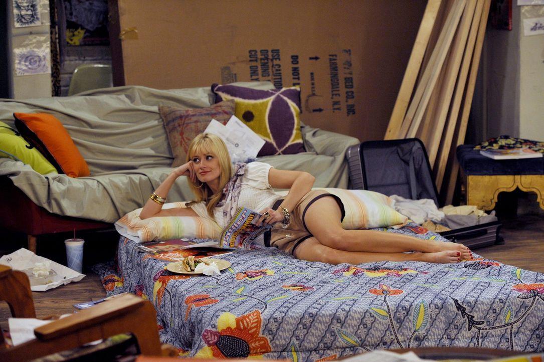 Caroline (Beth Behrs) versucht, aus ihrer misslichen Wohn- und Schlafsituation das Beste herauszuholen und organisiert sich ein Schrankbett. Ob sie... - Bildquelle: Warner Brothers