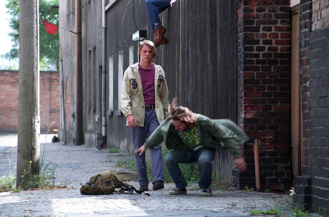 Ein Leben in der DDR ist nicht gerade ein Zuckerschlecken. Daher kommt es Ronnie (Tobias Schenke, l.) ziemlich gelegen, dass genau jetzt sein Zwilli... - Bildquelle: Akkord Film Produktion GmbH