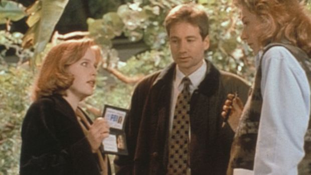 Scully (Gillian Anderson, l.) und Mulder (David Duchovny, M.) versuchen, von...