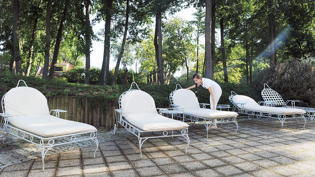 Luxushotel-Dwor-Oliwski-danzig-sonnenliegen-11-09-06-dpa - Bildquelle: dpa