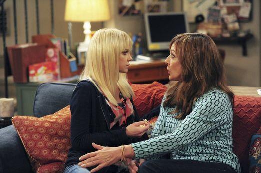 Während sich Christy (Anna Faris, l.) und Violet wieder annähern, versucht Bo...