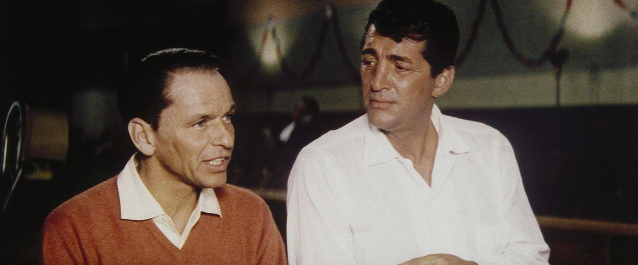 Frankie (Frank Sinatra, l.) will fünf Spielcasinos von Las Vegas ohne Waffen oder sonstige kriminelle Mätzchen gleichzeitig ausräumen. Dazu holt... - Bildquelle: Warner Bros.