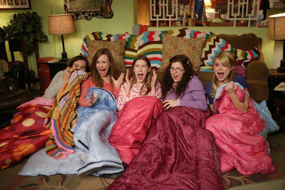 """Um Sue (Eden Sher, M.) bei ihren Freunden """"beliebter"""" zu machen, organisiert ihre Mutter eine Pyjama-Party und dreht dabei völlig durch ... - Bildquelle: Warner Brothers"""