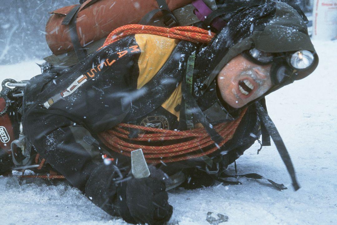 Eines Tages lässt sich der erfahrene Bergführer Tom McLaren (Nicholas Lea) trotz schlechter Wettervorhersagen zum Aufstieg auf den K2 überreden.... - Bildquelle: Columbia Pictures
