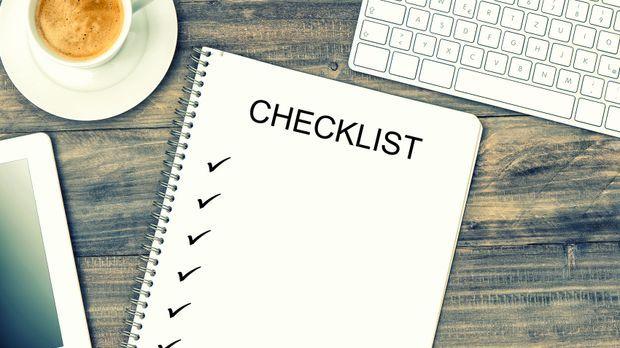 Checkliste_Hauskauf__Laptop_Papier_Fotolia_LiliGraphie_78378890