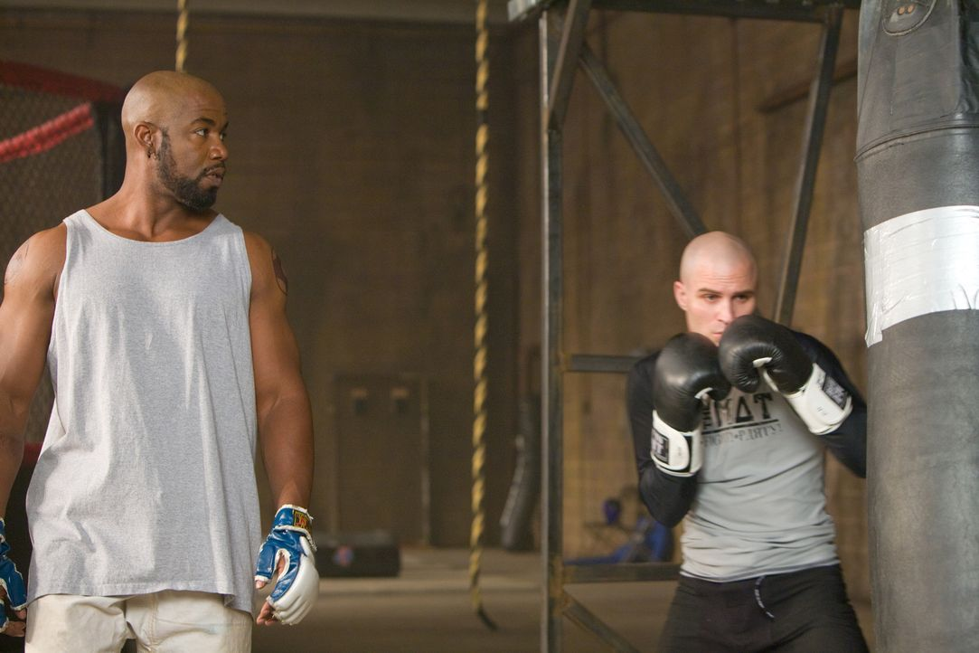 Wegen seiner Gewalttätigkeiten schmeißt Case (Michael Jai White, l.) Justin (Scott Epstein, r.) aus dem Team. Da entwickelt dieser einen teuflischen... - Bildquelle: Alicia Gbur 2011 Sony Pictures Worldwide Acquisitions Inc. All Rights Reserved.