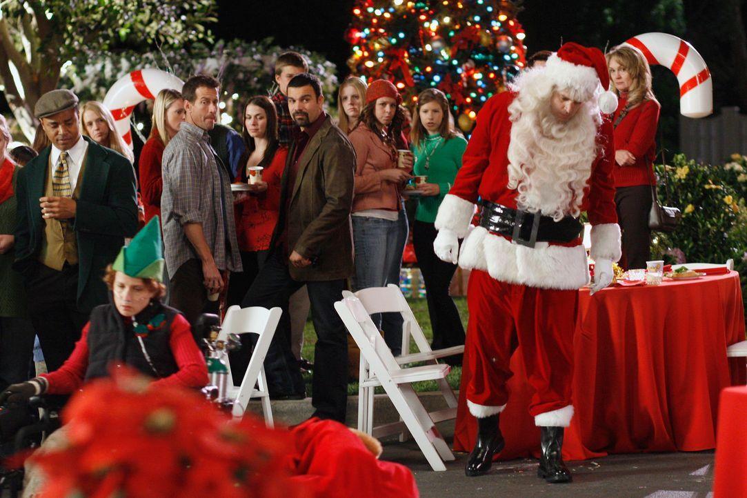 Die Bewohner der Wisteria Lane feiern die alljährliche Weihnachtsfeier ... - Bildquelle: 2005 Touchstone Television  All Rights Reserved