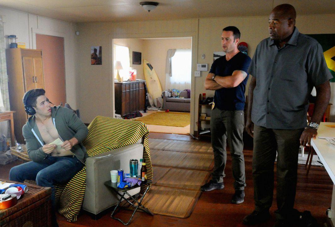 Steve (Alex O'Loughlin, M.) und Lou Grover (Chi McBride, r.) sind dazu gezwungen zusammenzuarbeiten, um die Staatssicherheit ihres Landes zu schütze... - Bildquelle: 2013 CBS BROADCASTING INC. All Rights Reserved.