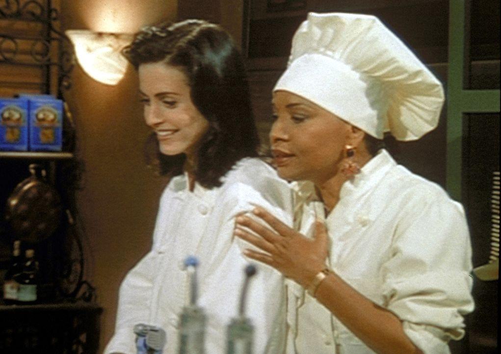 Monica (Courteney Cox, l.) erhält von ihrer Arbeitskollegin Paula (Jenifer Lewis, r.) den Rat, sich von ihrem neuen Freund Alan zu trennen. - Bildquelle: TM+  2000 WARNER BROS.