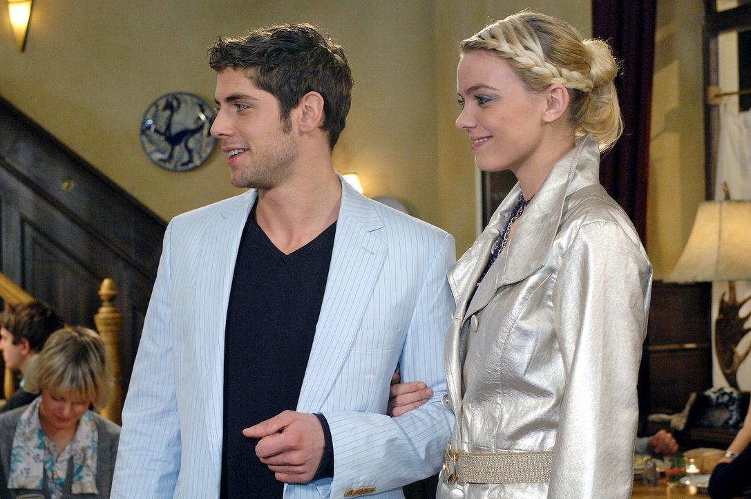 Als Jonas (Roy Peter Link, l.) mit Elke (Anni Wendler, r.) im Restaurant Goldelse erscheint, wird Anna klar, dass er sie nicht zum Essen ausführen w... - Bildquelle: Oliver Ziebe Sat.1