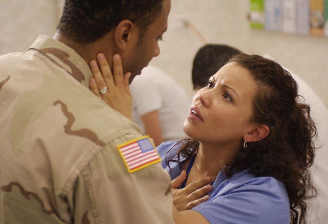 Alma Ansen (Justina Machado, r.) fürchtet um das Leben ihres Mannes Curtis (David, Ramsey, l.), während sich die Vogelgrippe in rasendem Tempo weite... - Bildquelle: Sony 2007 CPT Holdings, Inc.  All Rights Reserved.