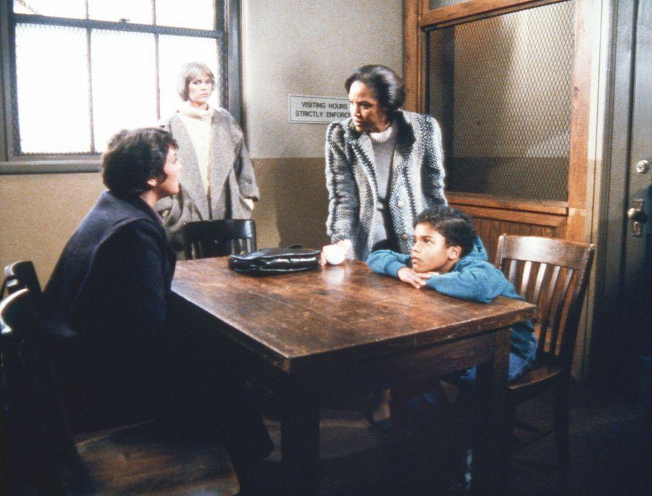 Im Beisein von Cagney (Sharon Gless, 2.v.l.) und Lacey (Tyne Daly, l.) besucht Mrs. Taggart (Lynn Whitfield,2.v.r.) ihren Sohn (Bumper Robinson, r.)... - Bildquelle: ORION PICTURES CORPORATION. ALL RIGHTS RESERVED.