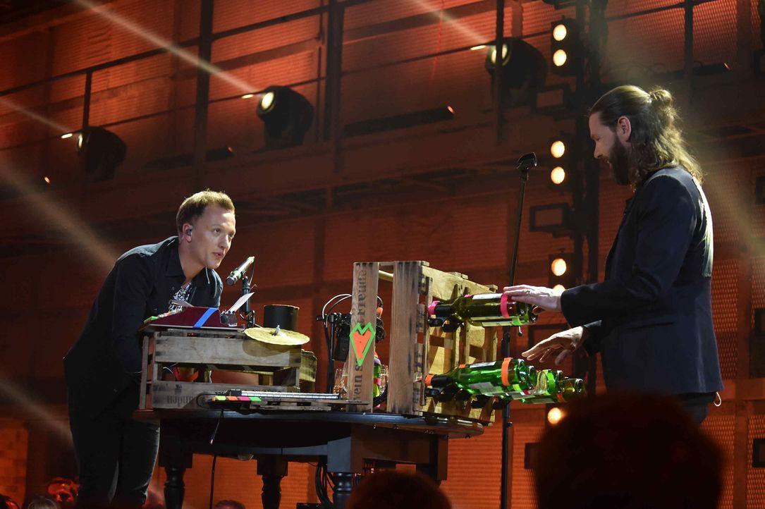 """In Rea Garveys (r.) Show """"Musicshake"""" wagt sich der Singer-Songwriter Joris (l.) an ganz spezielle Instrumente, um einen seiner Songs ganz neu zu in... - Bildquelle: Andre Kowalski ProSieben"""