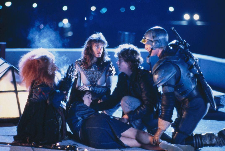 Gwildor (Billy Barty, l.), Teela (Chelsea Field, 2.v.l.), Duncan (Jon Cypher, r.)  und Kevin (Robert Duncan McNeill, 2.v.r.) kümmern sich um die bew... - Bildquelle: CANNON FILMS INC. AND CANNON INTERNATIONAL B. V