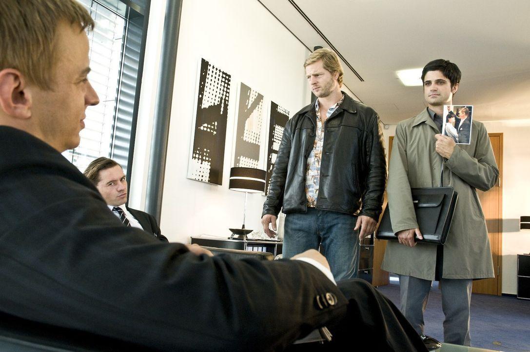 Die Banker Jonas Meyer (Jürgen Lehmann, 2.v.l.) und Markus Breckwoldt (Tom Wlaschiha, l.) ahnen noch nicht, dass sich an ihre Fersen der letzte Bull... - Bildquelle: Martin Rottenkolber SAT.1