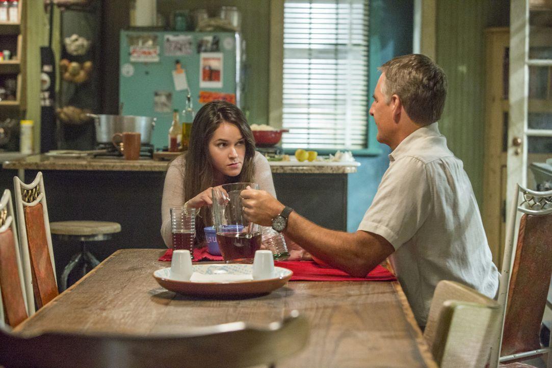 Bei den Ermittlungen in einem neuen Mordfall stößt Pride (Scott Bakula, r.) auf seine Tochter Laurel (Shanley Caswell, l.). Doch kann sie ihm weiter... - Bildquelle: 2014 CBS Broadcasting Inc. All Rights Reserved.