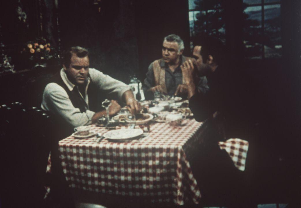 Hoss (Dan Blocker, l.), Ben (Lorne Greene, M.) und Adam Cartwright (Pernell Roberts, r.) machen sich Sorgen um Little Joe, der seit Tagen verschwund... - Bildquelle: Paramount Pictures