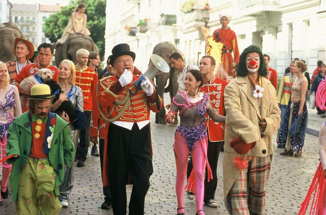 Victor (Jochen Horst, r.) ist Clown im Circus Holiday, der kurz vor dem Ruin steht. Die Zuschauer bleiben aus und die Einnahmen reichen nicht ... - Bildquelle: Spitz Sat.1